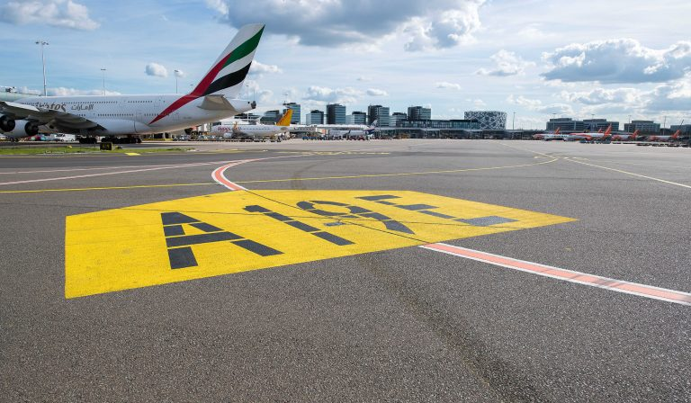 Double guidance lines to the Alfa taxiway