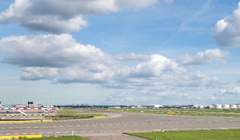 Southwest area runway 06-24 (Kaagbaan)